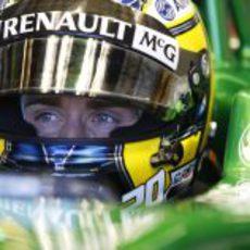 Charles Pic mira desde su box la pantalla de tiempos de los primeros libres del GP de Australia 2013