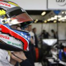 Pastor Maldonado se ajusta de nuevo su casco