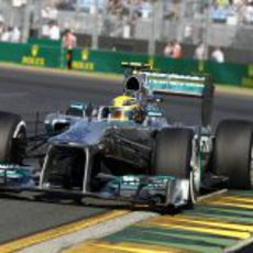 Lewis Hamilton encara la recta de meta de Albert Park