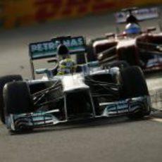 Nico Rosberg por delante de Fernando Alonso en Albert Park