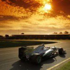 Nico Rosberg pilota su Mercedes bajo el atardecer australiano