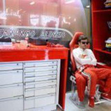 Fernando Alonso en su box