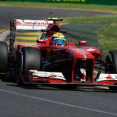 Felipe Massa en la primera curva de Albert Park