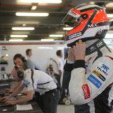 Nico Hülkenberg se ajusta el casco