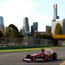 Fernando Alonso y el skyline de Melbourne