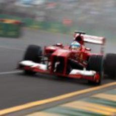 Fernando Alonso con el F138 en Australia