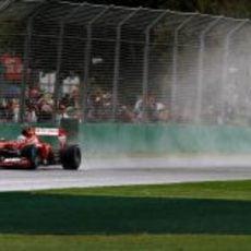 Fernando Alonso bajo la lluvia australiana