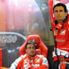 Pedro de la Rosa acompaña a Fernando Alonso