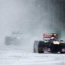 Daniel Ricciardo mirando por el retrovisor