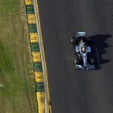 Lewis Hamilton aprovechando los últimos rayos de sol