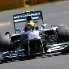 Lewis Hamilton en la primera curva de Albert Park