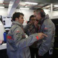 Sergio Pérez charlando con su jefe de equipo