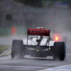Un McLaren MP4-28 sale a pista