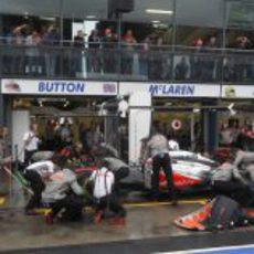 Jenson Button en su box de Albert Park