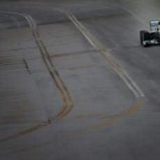 Lewis Hamilton pilota su Mercedes en la lluvia