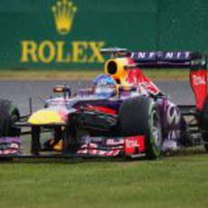 Sebastian Vettel, por la hierba con su RB9