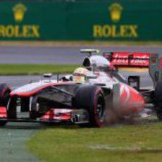 Sergio Pérez por fuera en la primera curva