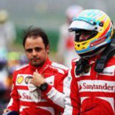 Fernando Alonso y Felipe Massa en el parque cerrado