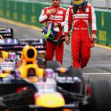 Fernando Alonso echa un vistazo al RB9