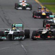 Lewis Hamilton pelea con Kimi Räikkönen