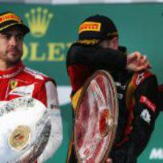 Kimi Räikkönen se seca el sudor en el podio