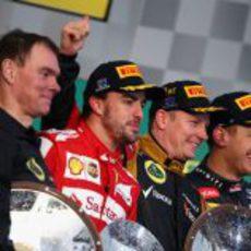 Cuatro personas contentas en el podio