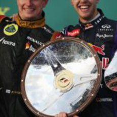 Kimi Räikkönen y Sebastian Vettel sonríen en el podio