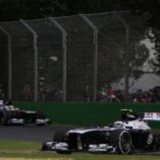 Valtteri Bottas sostiene a Pastor Maldonado