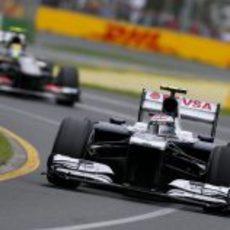Valtteri Bottas por delante de Esteban Gutiérrez
