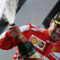 Fernando Alonso descorcha el champagne en el podio