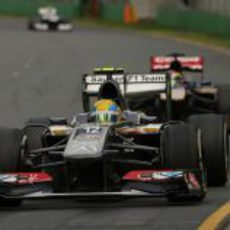 Esteban Gutiérrez rueda por delante de Jean Eric Vergne