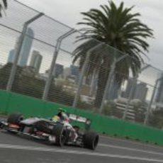 Esteban Gutiérrez rueda junto a las palmeras de Albert Park