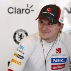 Nico Hülkenberg intenta sonreir a pesar de no poder disputar el Gran Premio