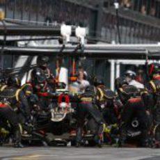 Romain Grosjean entra a boxes para cambiar neumáticos