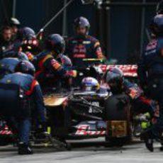 Daniel Ricciardo hace una parada en boxes para cambiar neumáticos