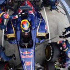 Jean-Eric Vergne hace una parada para cambiar neumáticos en el GP de Australia