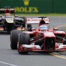 Fernando Alonso perseguido por Kimi Räikkönen