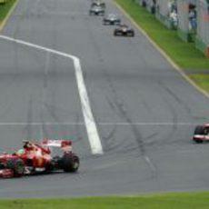 Felipe Massa con Fernando Alonso a la zaga tras la salida