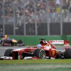 Fernando Alonso y Sebastian Vettel al fondo
