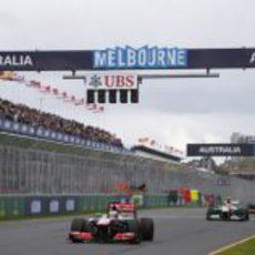 Jenson Button por delante de Adrian Sutil en la recta de meta