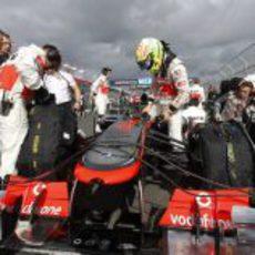 Sergio Pérez subiéndose a su McLaren momentos antes de la salida