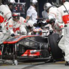 Jenson Button hace su parada en boxes en la carrera del GP de Australia