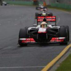 Sergio Pérez lidera un grupo de coches durante la carrera en Melbourne