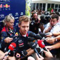 Sebastian Vettel atiende a la prensa en Malasia