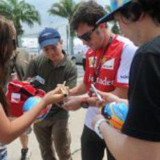 Fernando Alonso firma autógrafos en Sepang