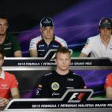 Los cinco rookies y Kimi Räikkönen en la rueda de prensa del jueves en Malasia