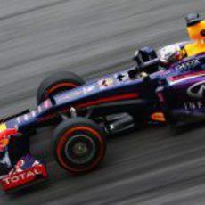 Sebastian Vettel sufre con el desgaste del neumático duro en Sepang
