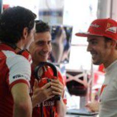 Fernando Alonso y Pedro de la Rosa hablan en el box de Ferrari
