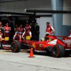 Felipe Massa regresa al garaje en Sepang
