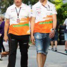 Adrian Sutil pasea por el paddock de de Kuala Lumpur